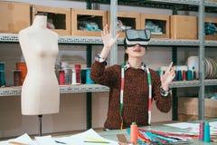 Gelukkige aantrekkelijke de vrouwenarbeider van de kledingsfabriek Royalty-vrije Stock Foto