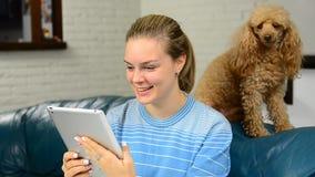 Gelukkige aantrekkelijke jonge vrouw die een videopraatje hebben stock video