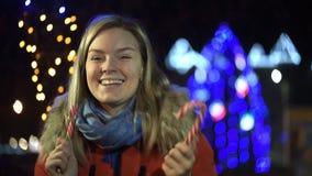 Gelukkige aantrekkelijke jonge vrouw die een videopraatje hebben stock videobeelden