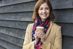 Gelukkige Aantrekkelijke Midden Oude Vrouw het Drinken Koffie royalty-vrije stock fotografie
