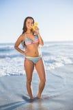 Gelukkige aantrekkelijke vrouw in de cocktail van de bikiniholding Royalty-vrije Stock Foto's
