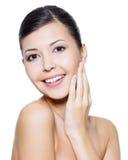 Gelukkige aantrekkelijke vrouw met gezondheidshuid van een gezicht Royalty-vrije Stock Fotografie