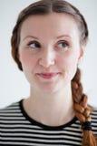 Gelukkige aantrekkelijke vrouw met grijnslach Royalty-vrije Stock Fotografie