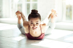 Gelukkige aardige vrouw het praktizeren choreografie stock foto's