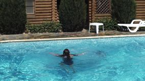 Gelukkige actieve kindsprongen aan zwembad stock videobeelden