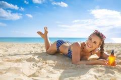 Gelukkige actieve vrouw in zwempak op kust met zonroom stock afbeelding