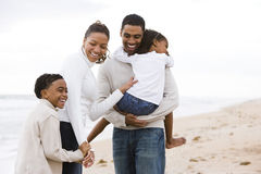 Gelukkige Afrikaans-Amerikaanse familie van vier op strand royalty-vrije stock foto's