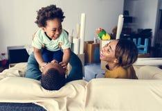 Gelukkige Afrikaanse afdalingsfamilie thuis stock foto