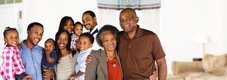 Gelukkige Afrikaanse Amerikaanse familie stock afbeelding
