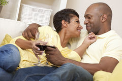 Gelukkige Afrikaanse Amerikaanse het Drinken van het Paar Wijn Stock Fotografie