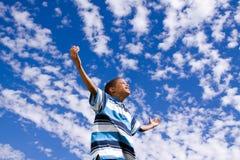 Gelukkige Afrikaanse Amerikaanse jongen met open wapens stock foto's