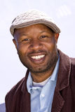 Gelukkige Afrikaanse Amerikaanse mens die dragend een hoed glimlachen royalty-vrije stock afbeeldingen