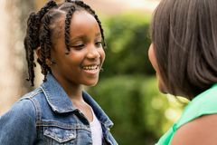 Gelukkige Afrikaanse Amerikaanse Moeder en Dochter Stock Afbeeldingen