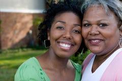 Gelukkige Afrikaanse Amerikaanse moeder en haar daugher stock fotografie