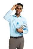 Gelukkige Afrikaanse Amerikaanse student die zich met boeken bevinden in hallo Royalty-vrije Stock Afbeeldingen