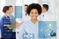Gelukkige Afrikaanse Amerikaanse vrouwelijke arts bij het ziekenhuis Stock Afbeelding