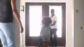 Gelukkige Afrikaanse jong geitjedochter en vrouw die wordt opgewekt om papa te ontmoeten stock videobeelden