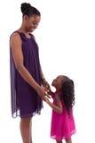 Gelukkige Afrikaanse moeder met haar dochter royalty-vrije stock fotografie