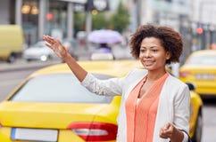 Gelukkige Afrikaanse vrouw die taxi halen Royalty-vrije Stock Foto