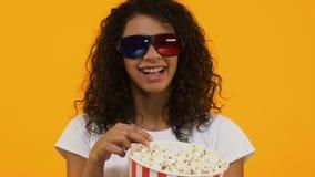 Gelukkige Afro-Amerikaanse vrouw die in 3d beschermende brillen popcorn eten, lettend op film, vrije tijd stock videobeelden
