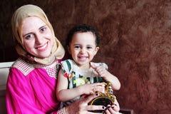 Gelukkige Arabische moslimmoeder met haar babymeisje met ramadan lantaarn stock fotografie
