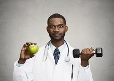Gelukkige arts die groene appel, domoor houdt Royalty-vrije Stock Afbeelding