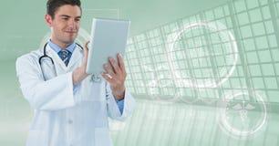 Gelukkige arts met zijn tablet royalty-vrije stock afbeelding