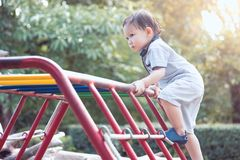 Gelukkige Aziaat weinig kindjongen die pret hebben omhoog te spelen en te beklimmen stock afbeelding