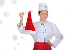 Gelukkige Aziatische chef-kok in Kerstmis GLB met eetstokjes onder sneeuw royalty-vrije stock fotografie