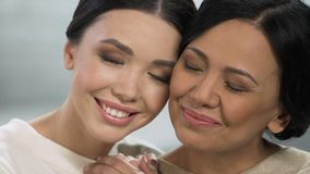 Gelukkige Aziatische en dames die, sterke gezinsverhoudingen, samenhorigheid koesteren glimlachen stock footage