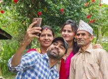 Gelukkige Aziatische Familie die een selfie in Nepal nemen royalty-vrije stock foto