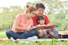 Gelukkige Aziatische familie die pret heeft stock foto's