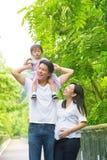 Gelukkige Aziatische familie openluchtpret. Stock Foto