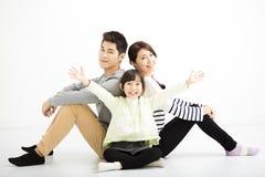 Gelukkige Aziatische familiezitting samen royalty-vrije stock foto's