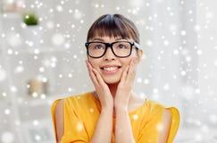Gelukkige Aziatische jonge vrouw in glazen thuis Stock Foto