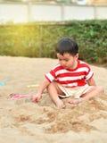 Gelukkige Aziatische jongen in speelplaats royalty-vrije stock fotografie