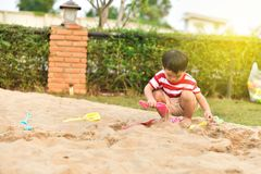 Gelukkige Aziatische jongen in speelplaats stock afbeeldingen