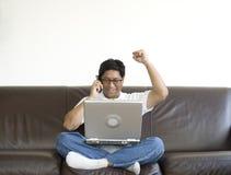 Gelukkige Aziatische mens met laptop stock afbeeldingen