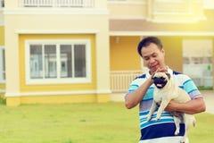Gelukkige Aziatische mens met Pug royalty-vrije stock foto