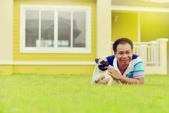 Gelukkige Aziatische mens met Pug royalty-vrije stock foto's