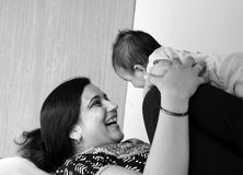 Gelukkige Aziatische moeder en haar dochter Stock Foto's