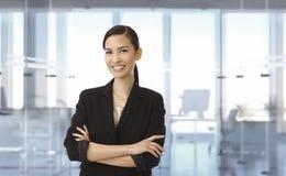 Gelukkige Aziatische onderneemster op kantoor stock foto's