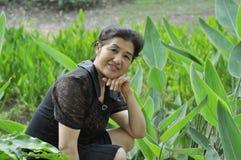 Gelukkige Aziatische rijpe vrouw Stock Foto