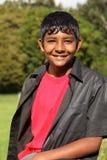 Gelukkige Aziatische tiener in openlucht in landzonneschijn Royalty-vrije Stock Afbeeldingen
