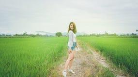 Gelukkige Aziatische vrouw die in groen padieveld, platteland bidden van Th Stock Foto's