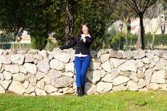 Gelukkige Aziatische vrouw die o.k. teken in de wijd geschotene lente tonen stock afbeelding