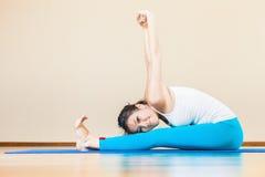Gelukkige Aziatische vrouw die oefening van yoga doen thuis binnen Royalty-vrije Stock Foto's