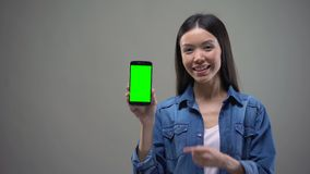 Gelukkige Aziatische vrouw die smartphone met het groene scherm, online bankieren, het winkelen tonen stock video