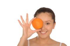 Gelukkige Aziatische vrouw met sinaasappel Stock Afbeeldingen