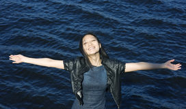 Gelukkige Aziatische vrouw op de waterachtergrond Royalty-vrije Stock Afbeelding
